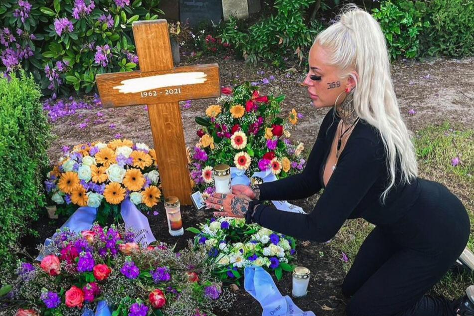 Leoni Baltz am Grab ihres Vaters.
