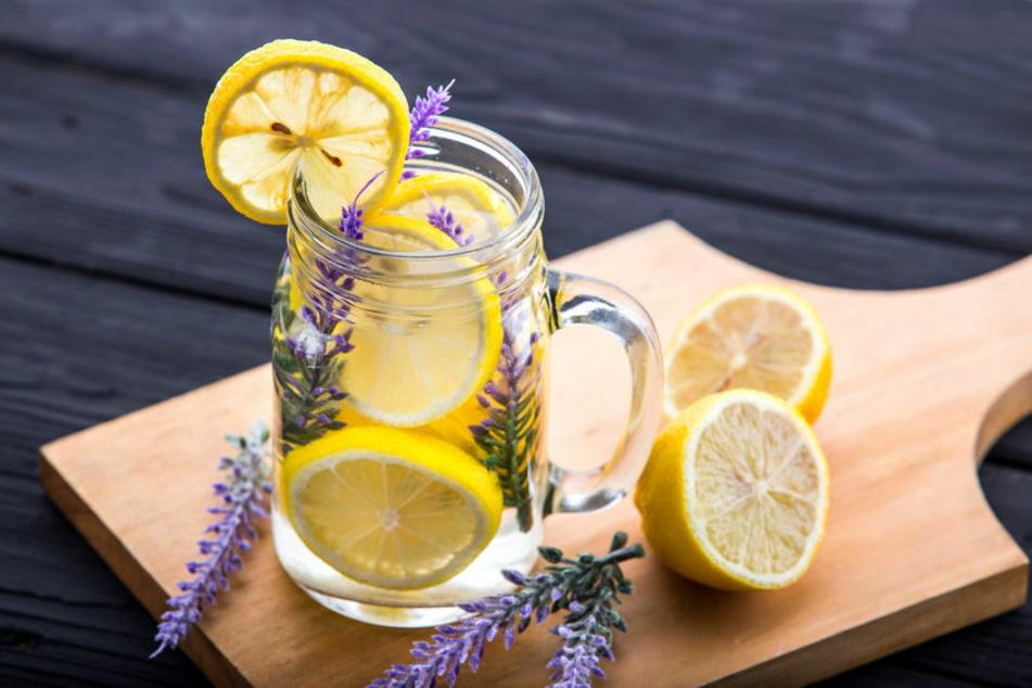 Kräuterblüten im Getränk sehen nicht nur toll aus, sondern können dem Drink auch eine spannende Geschmacksnuance verleihen.