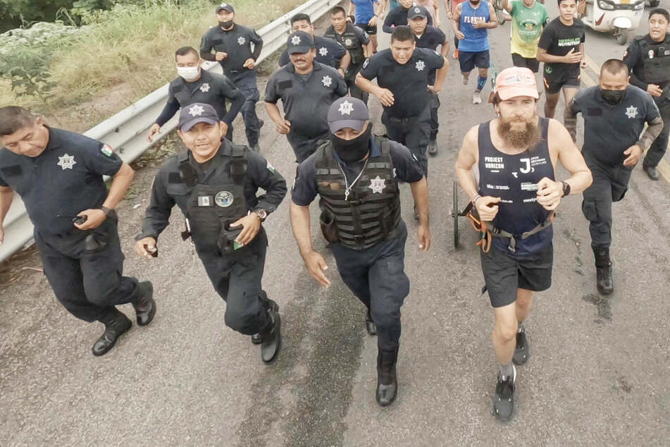 Lauf, Forrest! Deutscher Jonas Deichmann kurz vor Triathlon-Weltumrundung
