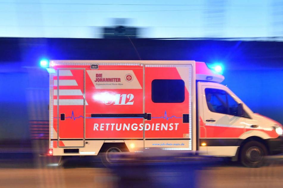 BMW kracht in Rettungswagen im Einsatz: zwei Verletzte, 100.000 Euro Schaden
