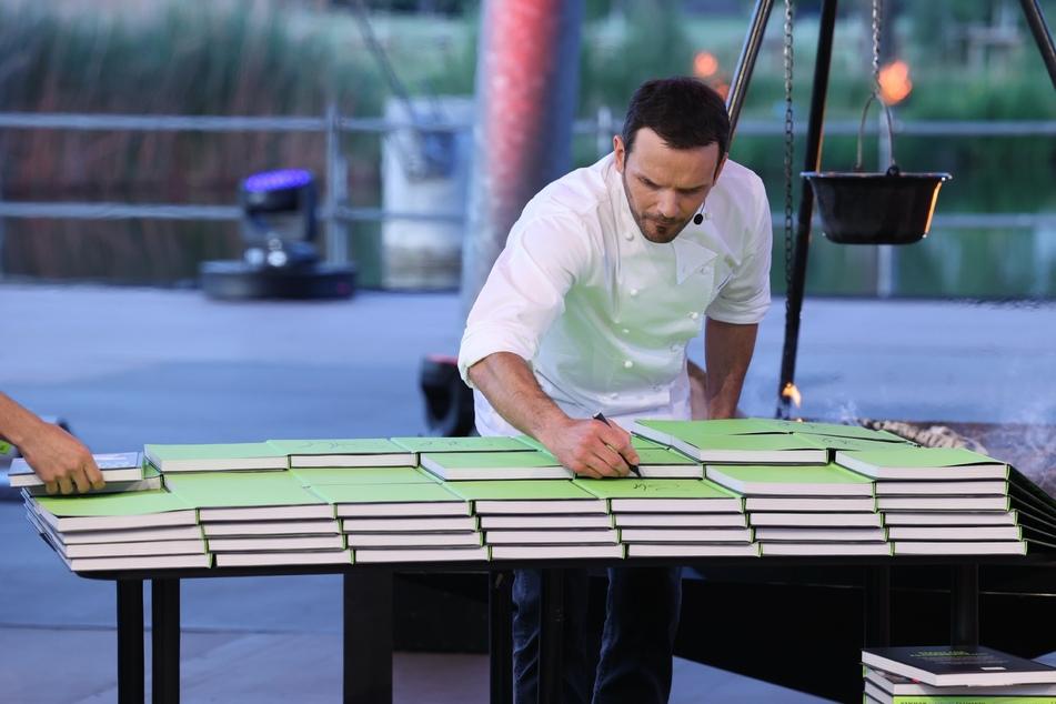 Gewagte Wette: Steffen Henssler (48) muss während der Show 250 Bücher signieren.