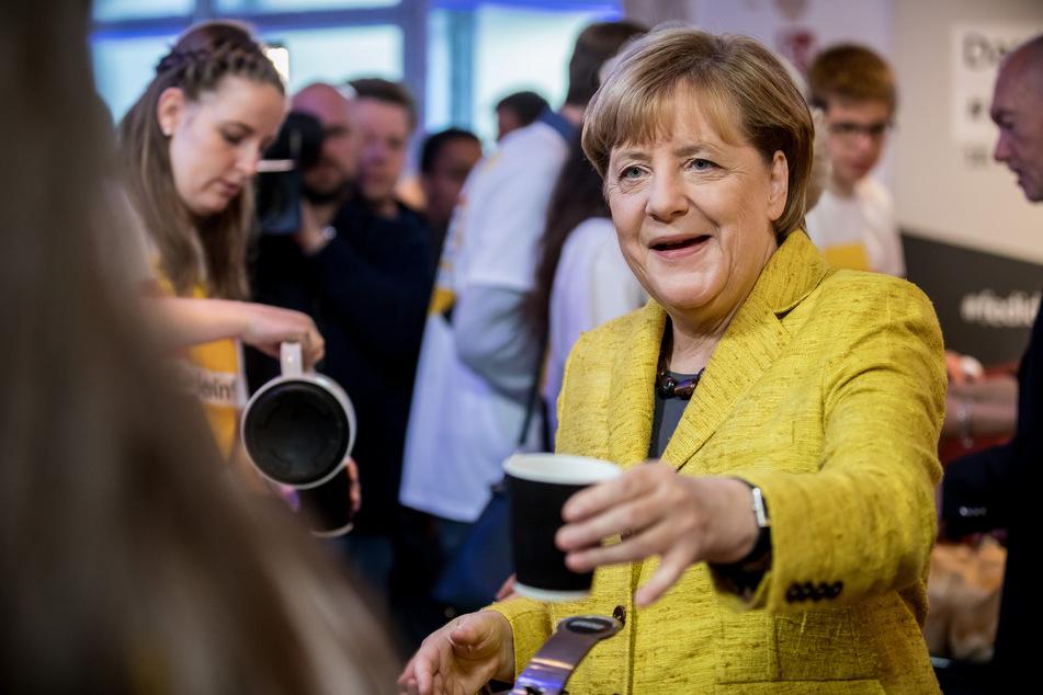 Prost! Bundeskanzlerin Angela Merkel (66, CDU) trinkt nicht mehr nur Kaffee, sie ist scheinbar der Kaffee.