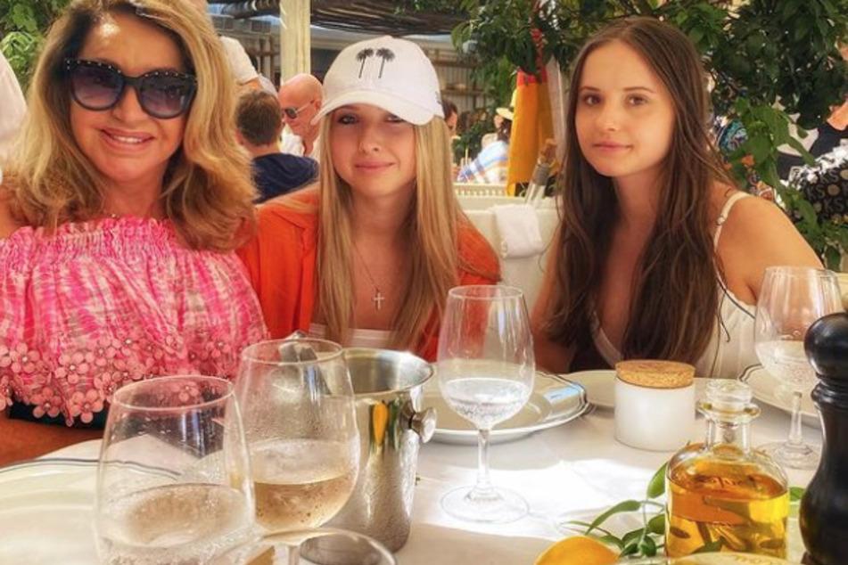 Carmen Geiss zeigt sich mit ihren Töchtern Shania (17) und Davina (18).