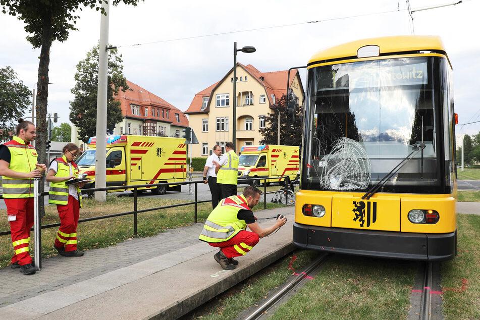 Frau wollte vor Bahn über die Gleise gehen: Unfall in Dresden, Sperrung durch DVB