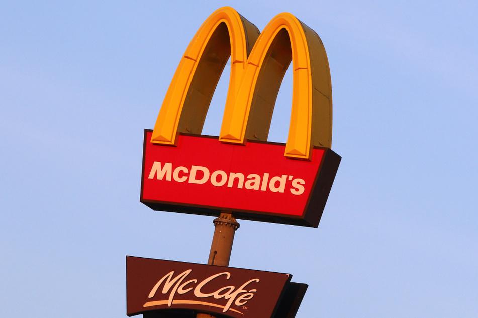Blick auf das bekannte McDonald's-Logo. (Symbolbild)
