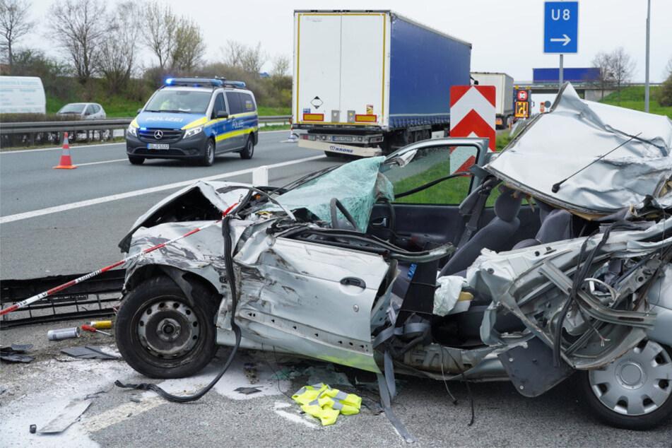 Unfall A4: Tödlicher Unfall auf der A4: Renault kracht am Stauende auf Lastwagen, Fahrer stirbt