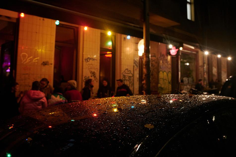 In der ersten Nacht mit der neuen Sperrstunde in Berlin haben sich noch lange nicht alle an die Regelung gehalten.