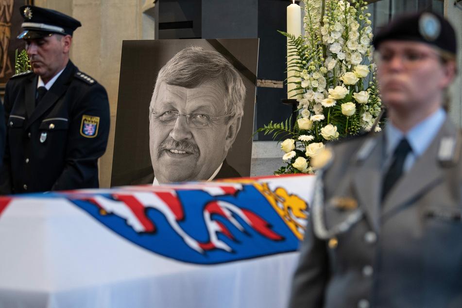 Das Konterfei von Walter Lübcke (CDU) ist hinter einem Bundeswehrsoldaten am Sarg bei einem Trauergottesdienst in der Kasseler Martinskirche zu sehen.