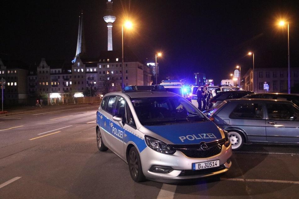 In einer Wohnung in Berlin-Mitte sollen am späten Montagabend Schüsse gefallen sein.