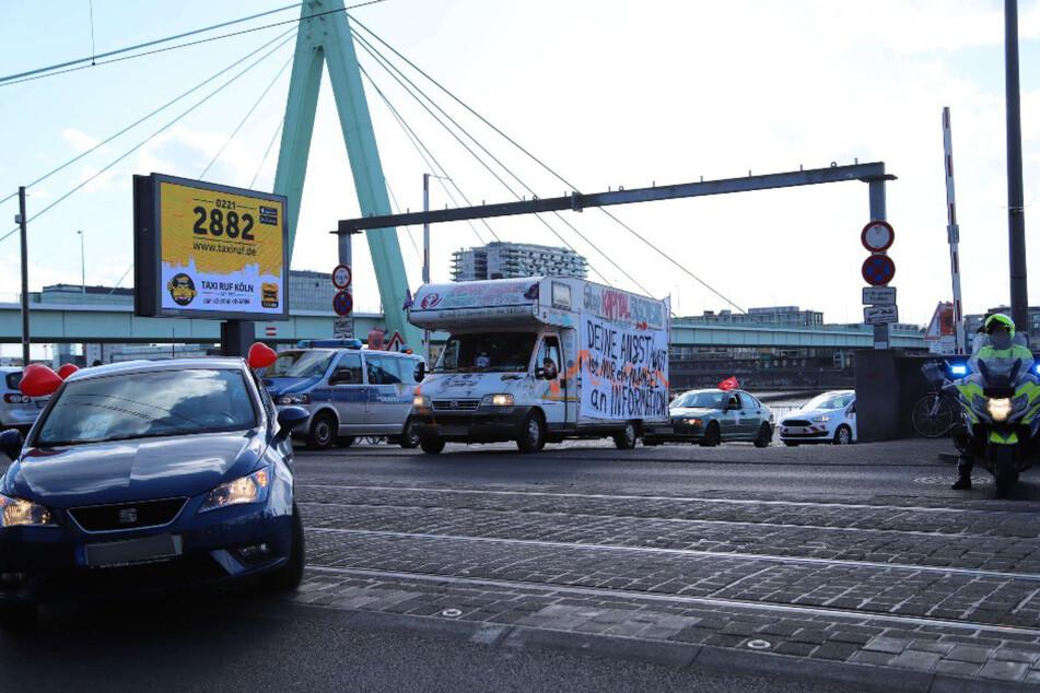 Am Samstag fuhr in Köln ein Autokorso mit rund 30 Fahrzeugen von Corona-Leugnern durch die Stadt.