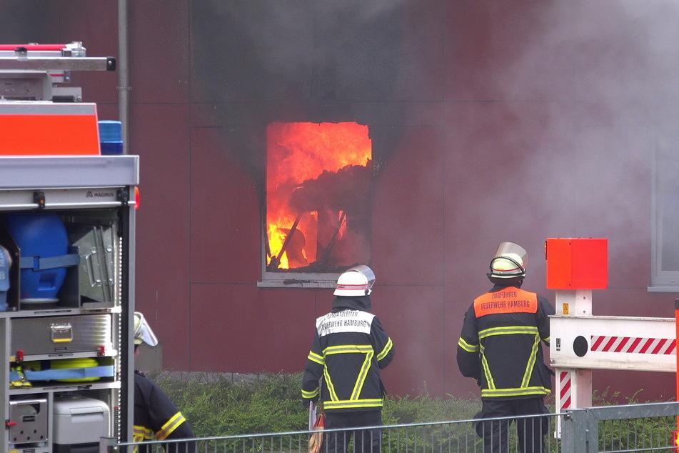Flammen schlagen aus einem der Fenster.
