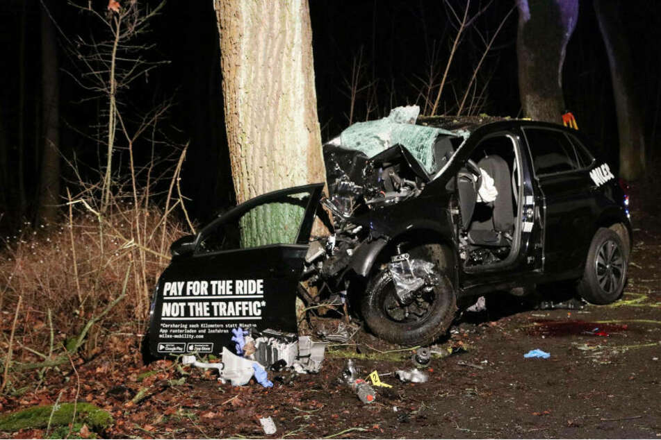 VW-Polo kracht gegen Baum: Fahrer stirbt im Wrack