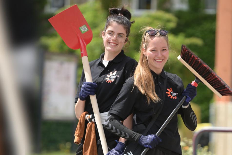 """Mit Freude und Elan dabei: Die Abiturientinnen Luise Elstner-Riedel (18, l.) und Michelle Andrä (18) waren beim 1. """"City Clean Up"""" dabei."""