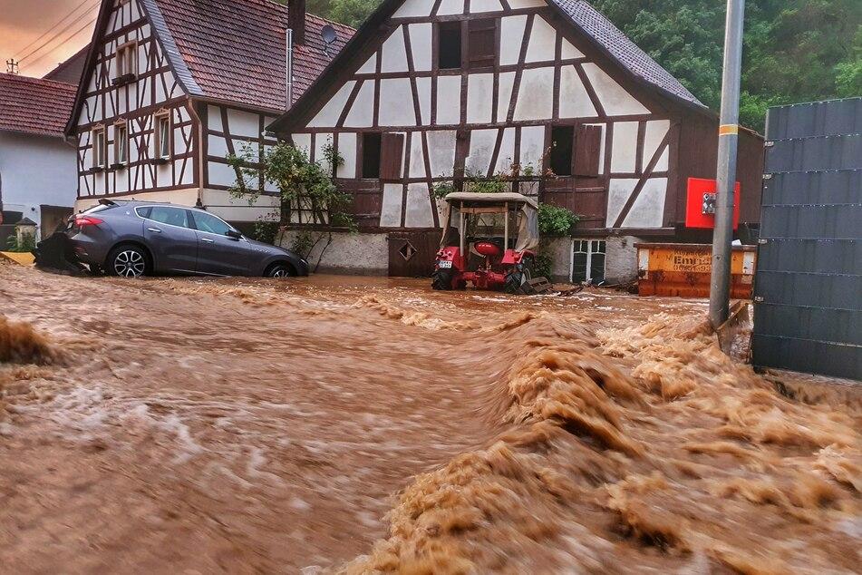 Eine Straße in Winterburg ist durch das Unwetter überflutet.