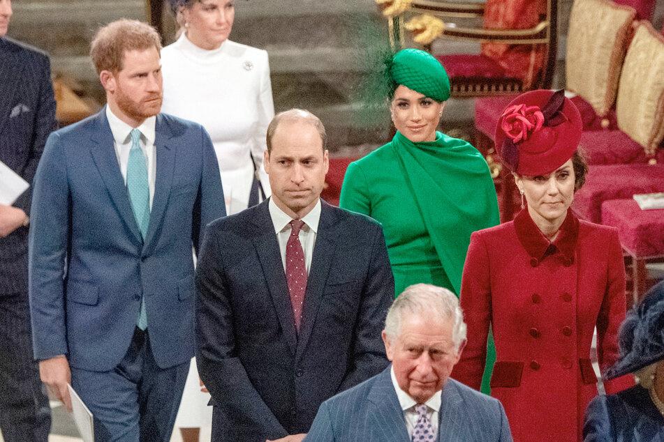 Verhaltene Gesichter von Prinz Harry (36, v.l.n.r.), Bruder William (38), Harrys Frau Meghan (39), Herzogin Kate (39) und Prinz Charles (72, vorne) im März 2020 bei einem der letzten Male, an dem sich die Familie sah.