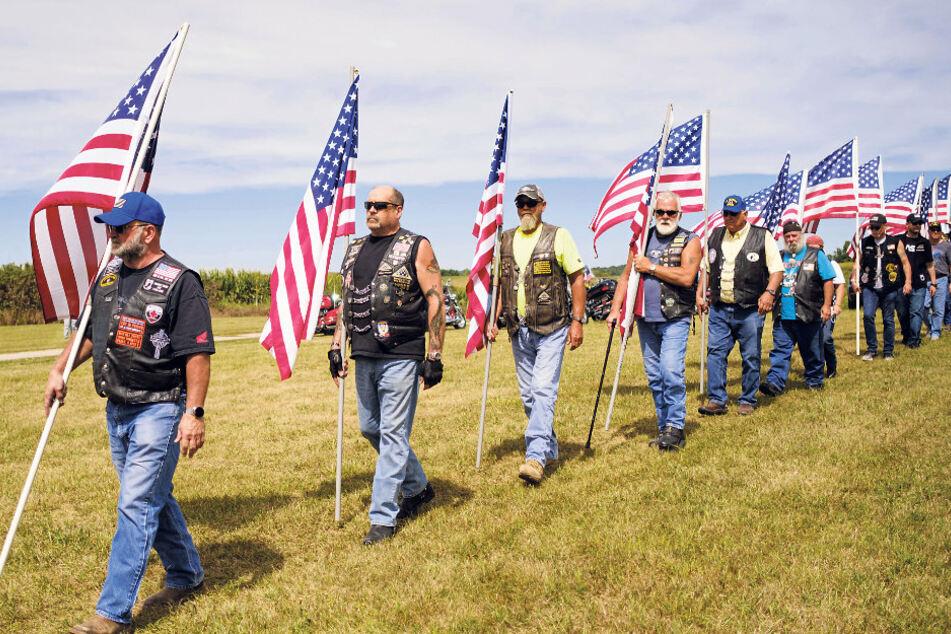 Freiwillige Ehrengarde bei militärischen Bestattungen: Aufmarsch der Patriot Guard Riders - meist nationalistische Biker.
