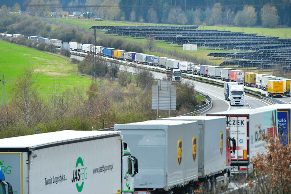 Kilometerlanger Lkw-Stau! Erhebliche Probleme an Corona-Teststelle in Tschechien