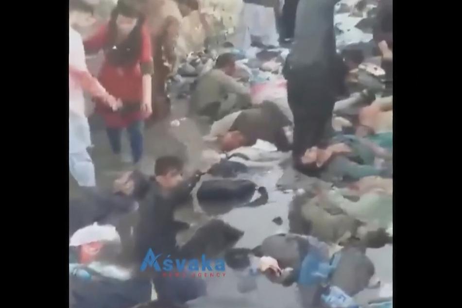 Zwei Selbstmordattentäter und bewaffnete Männer haben Menschenmengen in der Nähe des Flughafens von Kabul ins Visier genommen.