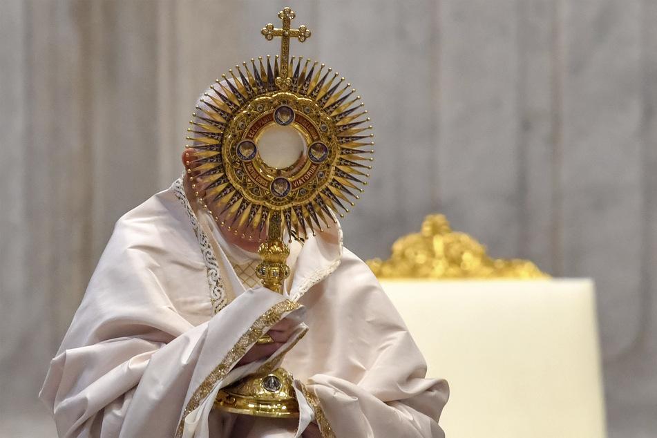 Papst Franziskus feiert die Fronleichnamsmesse im Petersdom.