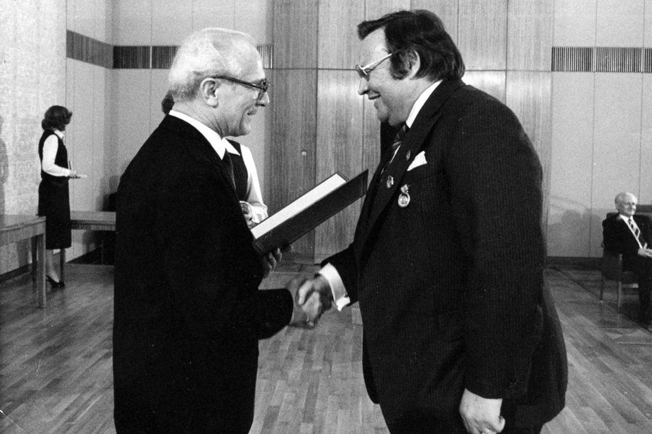 Da hatten ihn die Machthaber noch lieb: 1981 ehrte Staatsratsvorsitzender Erich Honecker (l.) Star-Moderator O.F. Weidling mit dem Nationalpreis der DDR. (Archivbild)