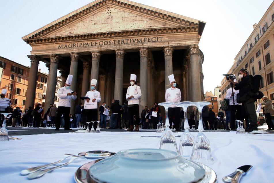 Köche und Restaurantbesitzer protestieren gegen die von der Regierung erlassene Corona-Maßnahme zur Eindämmung der Ausbreitung des Coronavirus, die Restaurants nachts auf dem Pantheon-Platz in Rom zu schließen.