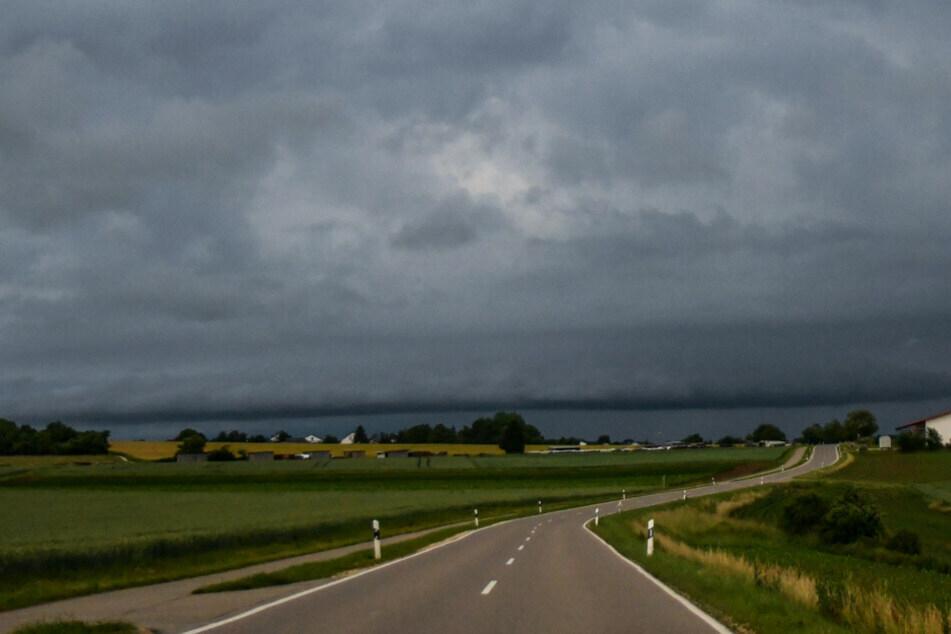 Dunkle Wolken sorgen vielerorts für Regen im Freistaat. (Archiv)