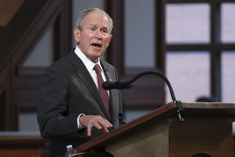 Der ehemalige US-Präsident George W. Bush spricht bei der Trauerfeier für den verstorbenen Bürgerrechtler John Lewis.