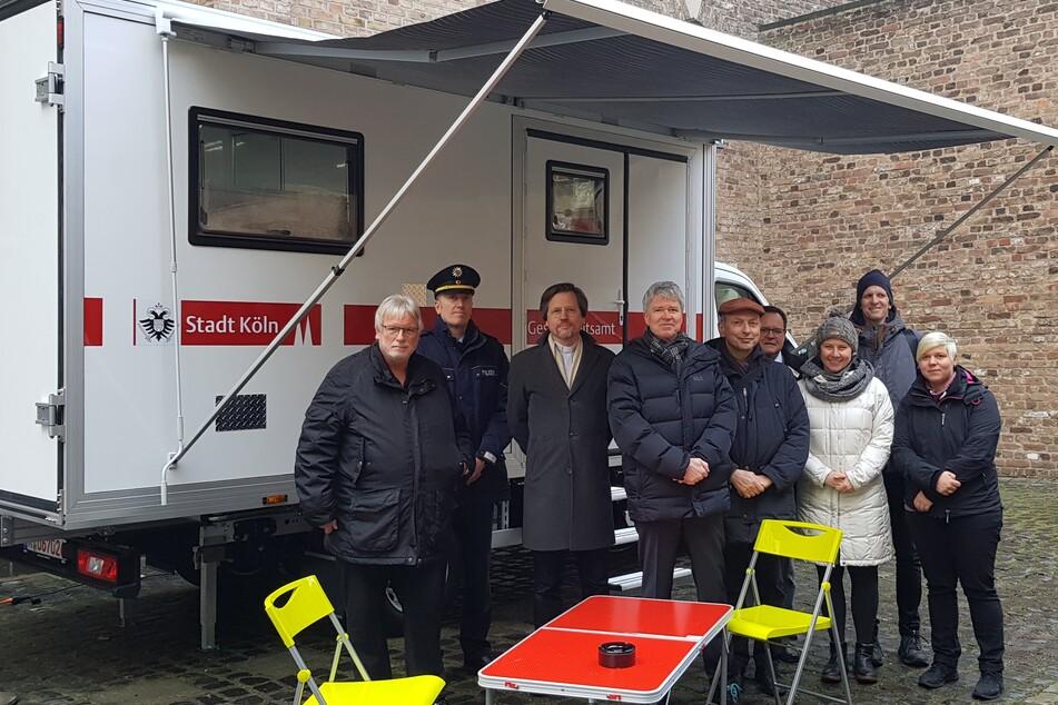 Dr. Harald Rau (4.v.l.) mit Vertretern von Gesundheitsamt, Ordnungsamt, Polizei und Kirchengemeinde bei der Vorstellung des mobilen Drogenhilfeangebots im Dezember 2019.