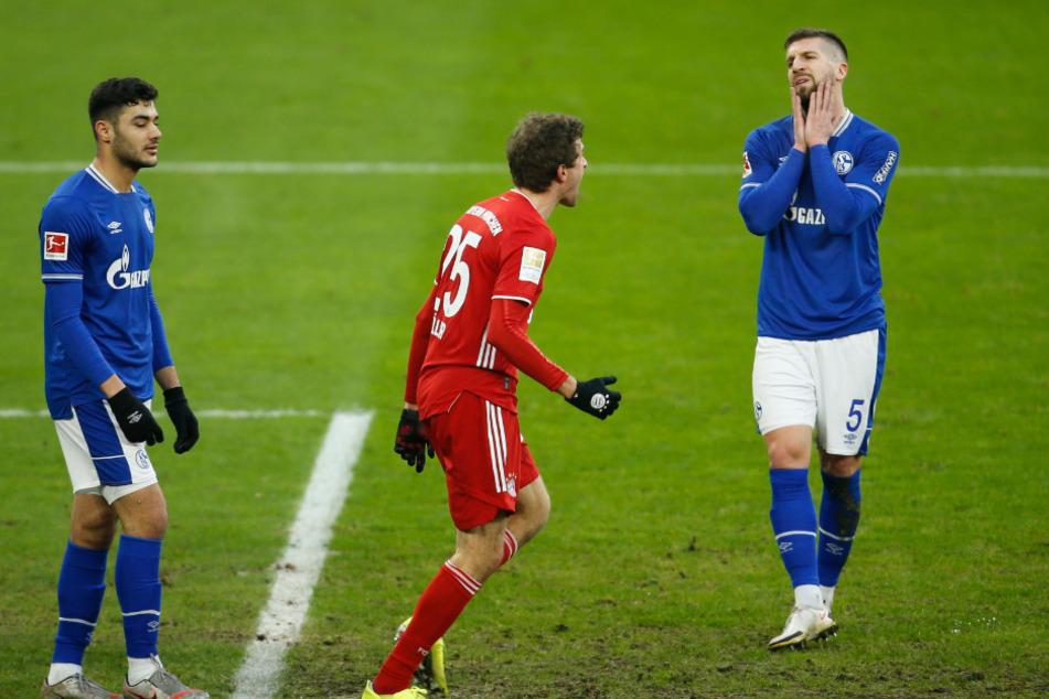 Thomas Müller jubelt über seinen Führungstreffer. Matija Nastasic (r.) wirkt verzweifelt.
