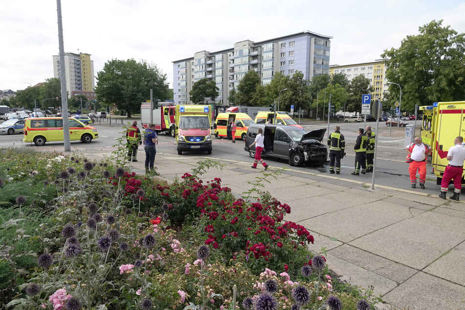 Verbotenes Linksabbiegen: Eine VW-Fahrerin (19) verletzte in der Mühlen-/Brückenstraße fünf Menschen.