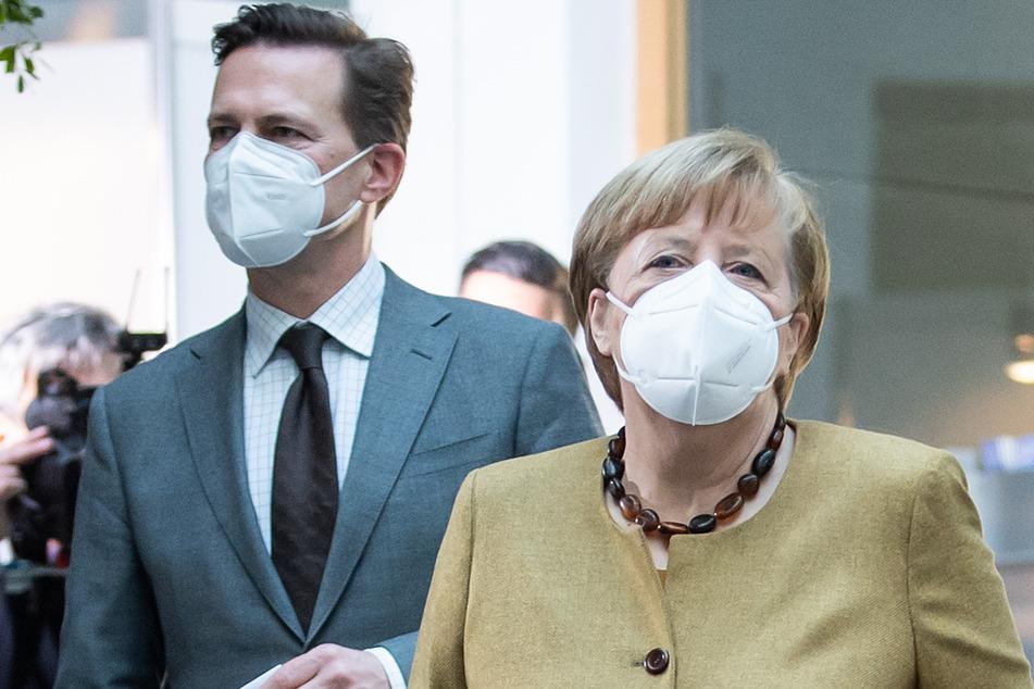 Angela Merkel (CDU) kommt zusammen mit Steffen Seibert.