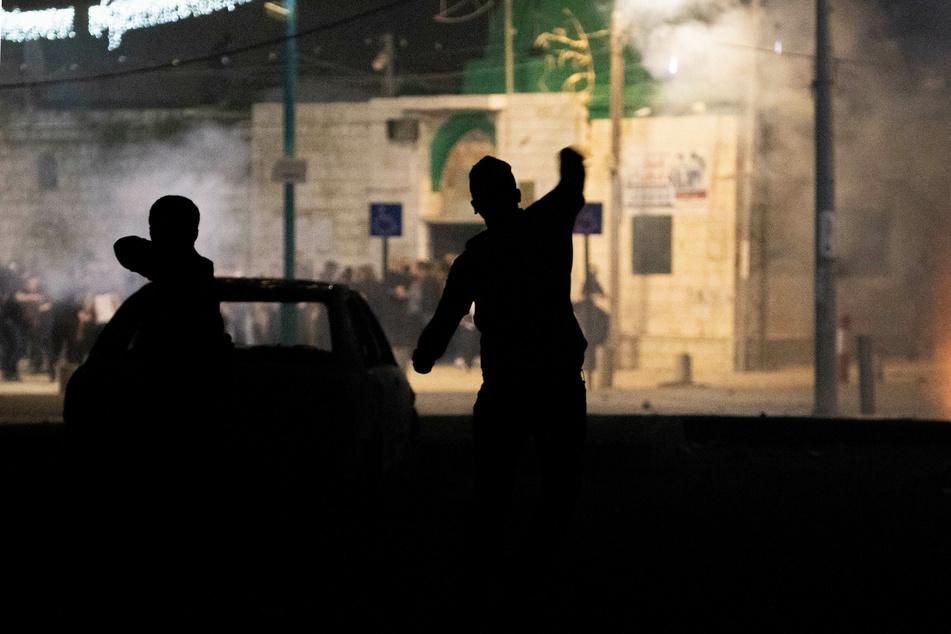 Jüdische Demonstranten stoßen mit Protestlern arabischer Herkunft in der Nähe der Großen Omari-Moschee in der Stadt Lod zusammen.