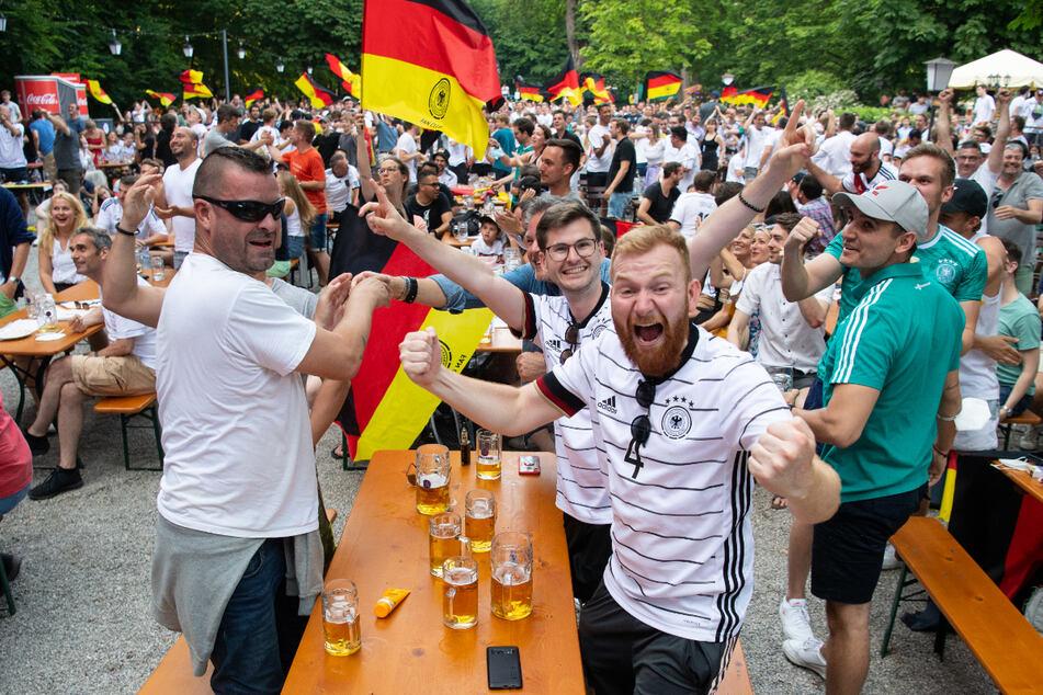 Fans gucken in einem Biergarten das EM-Spiel zwischen Deutschland und Portugal. Aufgrund von niedrigen Inzidenzen in Thüringen und ganz Deutschland ganz die Europameisterschaft entspannt verfolgt werden. (Symbolbild)