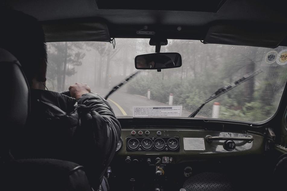Der Aufenthalt im Auto während eines Gewitters ist meistens sicher.