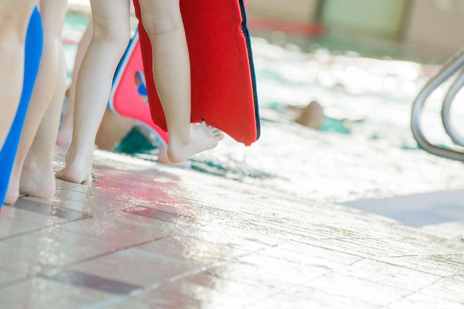 NRW lässt Schwimmunterricht für Kinder unter Auflagen wieder zu. Ab Montag (29. März) dürfen Kurse für Schwimm-Anfänger und Kleinkinder wieder stattfinden. (Archivbild)