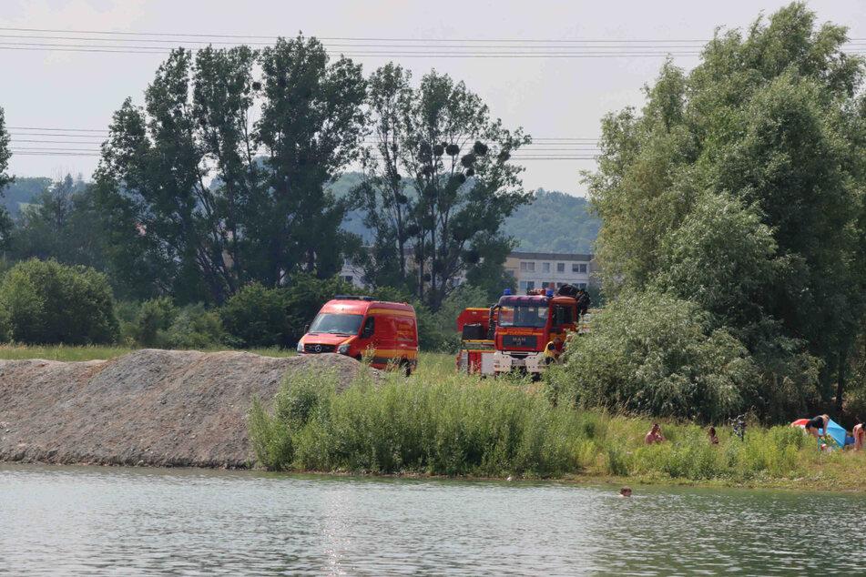 Mehrere Einsatzwagen der Feuerwehr stehen am Zschierener See.