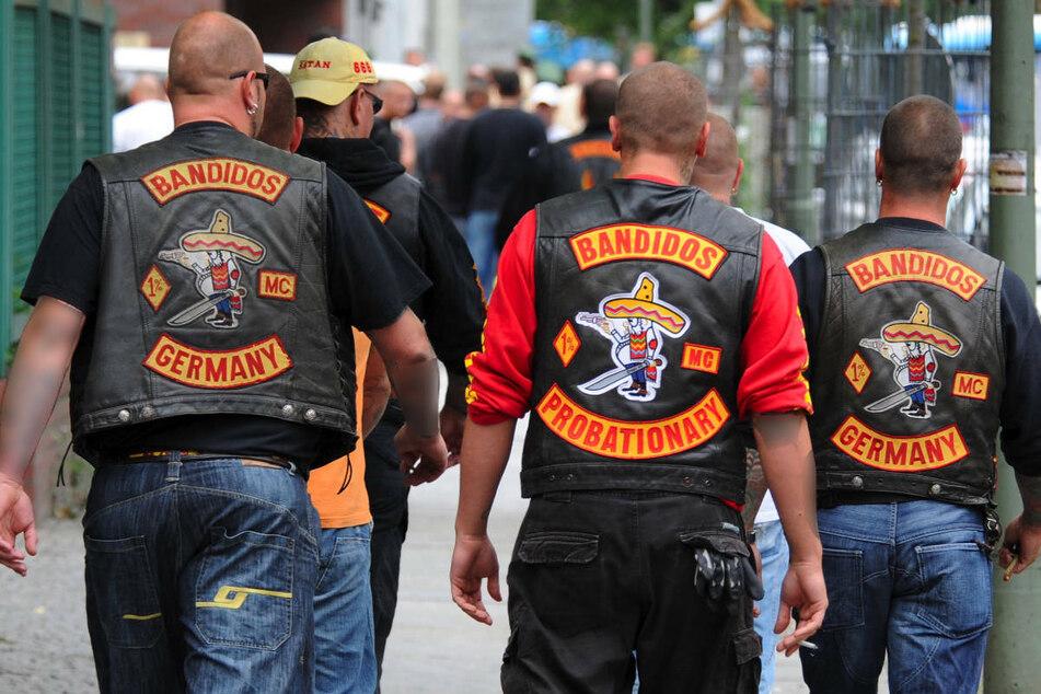 Mitglieder des Rockerclubs Bandidos gehen vor dem Amtsgericht Berlin-Tiergarten entlang. Am Montag sind in Nordrhein-Westfalen alle 28 Chapter der Rockergruppe verboten worden. (Archivfoto)