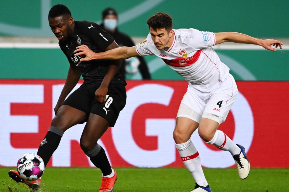 Liefern sich einen harten Kampf um den Ball: Gladbachs Marcus Thuram (l.) und VfB-Verteidiger Marc Oliver Kempf.