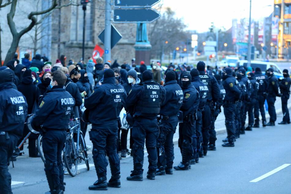 Polizisten sichern einen Protest von linken Demonstranten in der Innenstadt.