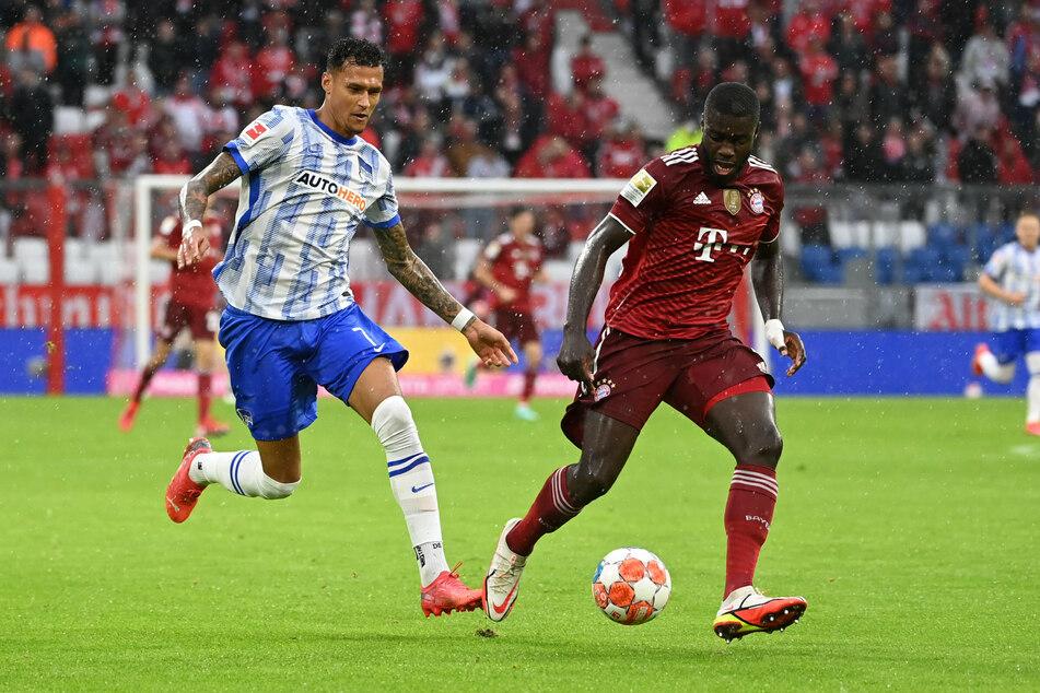 Davie Selke (26, l.) zog sich im Spiel gegen den FC Bayern München einen Rippenbruch zu.