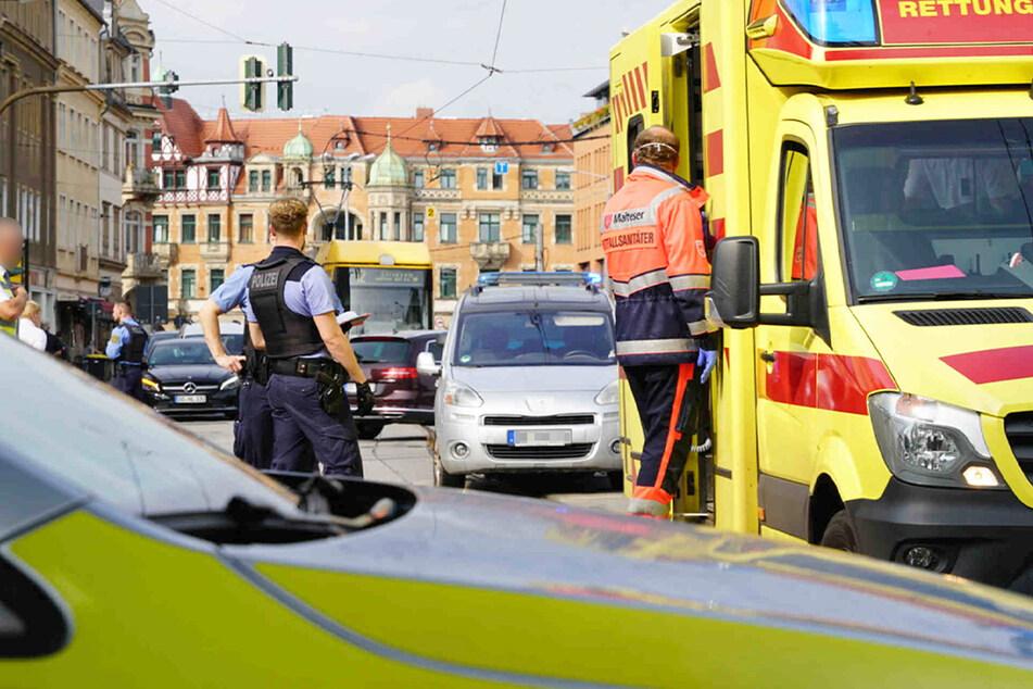 Der Fahrer des silbernen Peugeots übersah offenbar den Fußgänger und erfasste ihn.