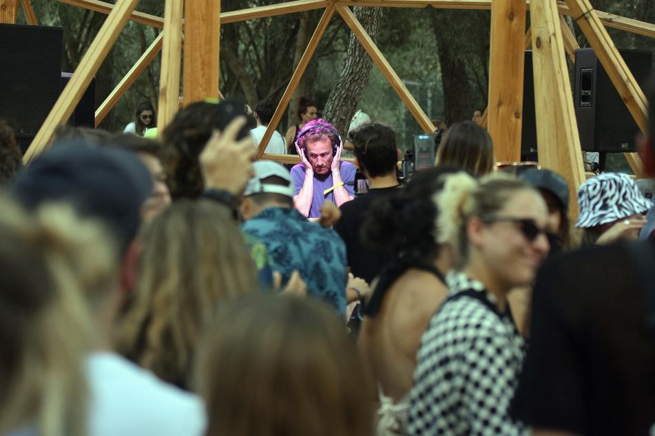 Spanien, Vilanova I La Geltru: Ein Dj spielt auf dem Vida 2021 Festival. Im spanischen Corona-Hotspot Katalonien können die rasant gestiegenen Infektionszahlen die Sommerpartys von Einheimischen und Touristen nicht stoppen.