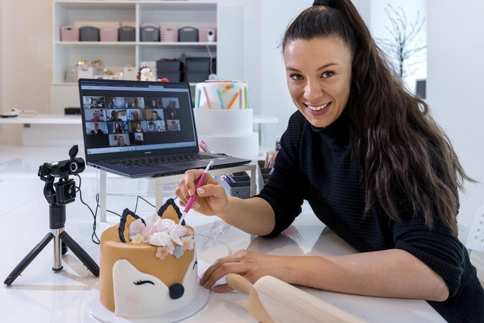 Mit Videokonferenz zur Torte: Janette Graf (31) gibt Online-Backkurse.