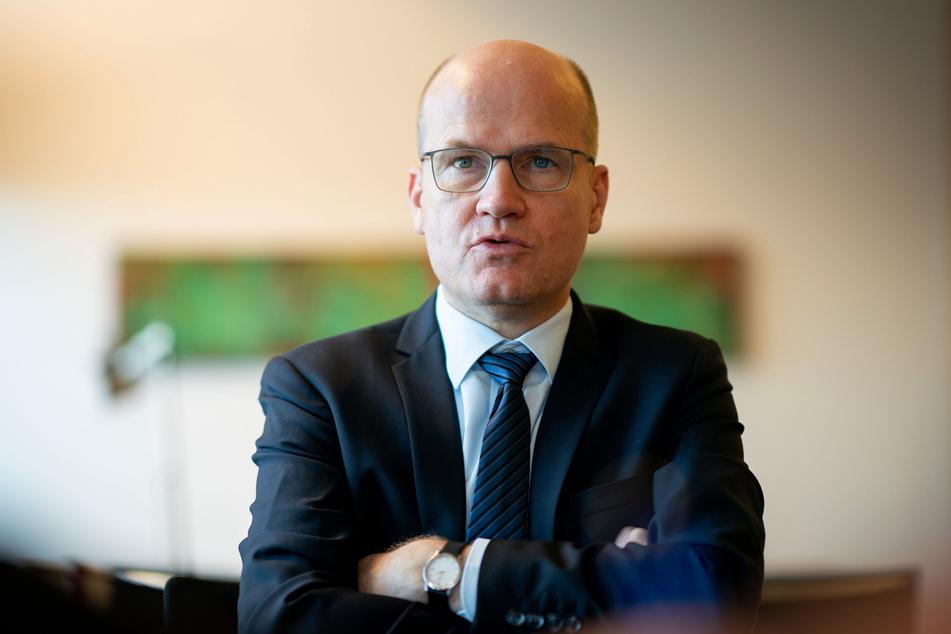 Ralph Brinkhaus (CDU, 52), Vorsitzender der CDU/CSU-Bundestagsfraktion, spricht in seinem Büro in einem Interview mit Journalisten der Deutschen Presse-Agentur.