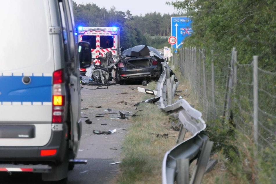 Der Fahrer war mit seinem BMW unter einen Sattelschlepper geraten.