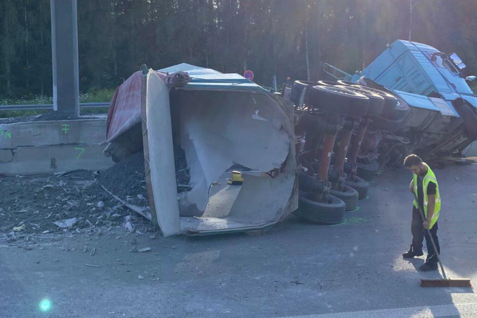 Reifenplatzer! Lastwagen sorgt auf A9 für Chaos