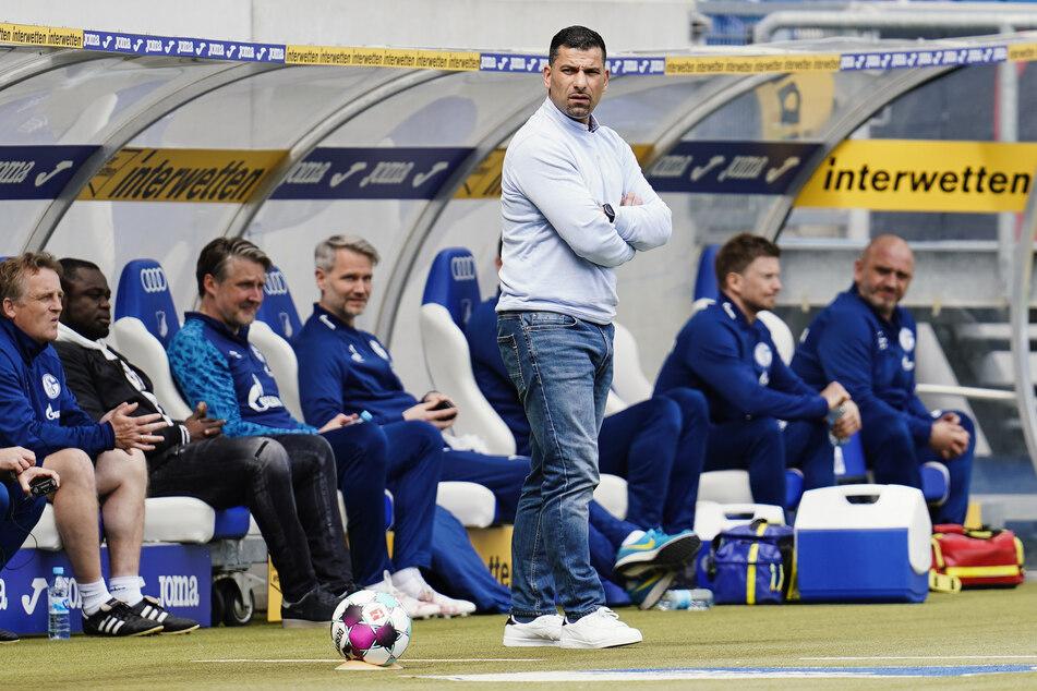 Schalke 04 und Trainer Dimitrios Grammozis (42) werden gegen die Berliner Hertha wohl wie geplant spielen.