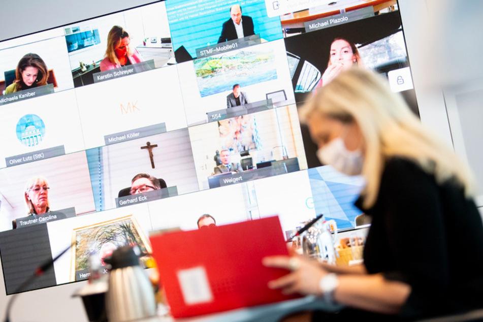 Melanie Huml (CSU), Gesundheitsministerin von Bayern, blickt zu Beginn einer Kabinettssitzung zur weiteren Entwicklung in der Corona-Pandemie in der Staatskanzlei in ihre Unterlagen.