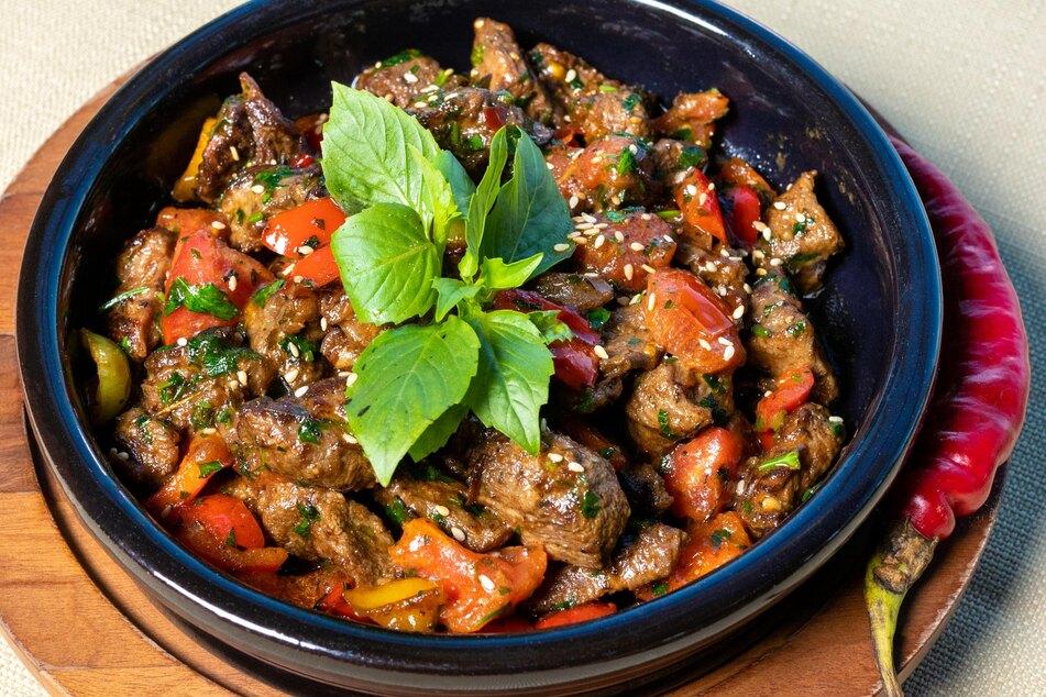 Aus gegrillten Fleischresten lassen sich leckere Gerichte wie saftiges Gulasch und Chili con Carne zubereiten (Symbolbild).