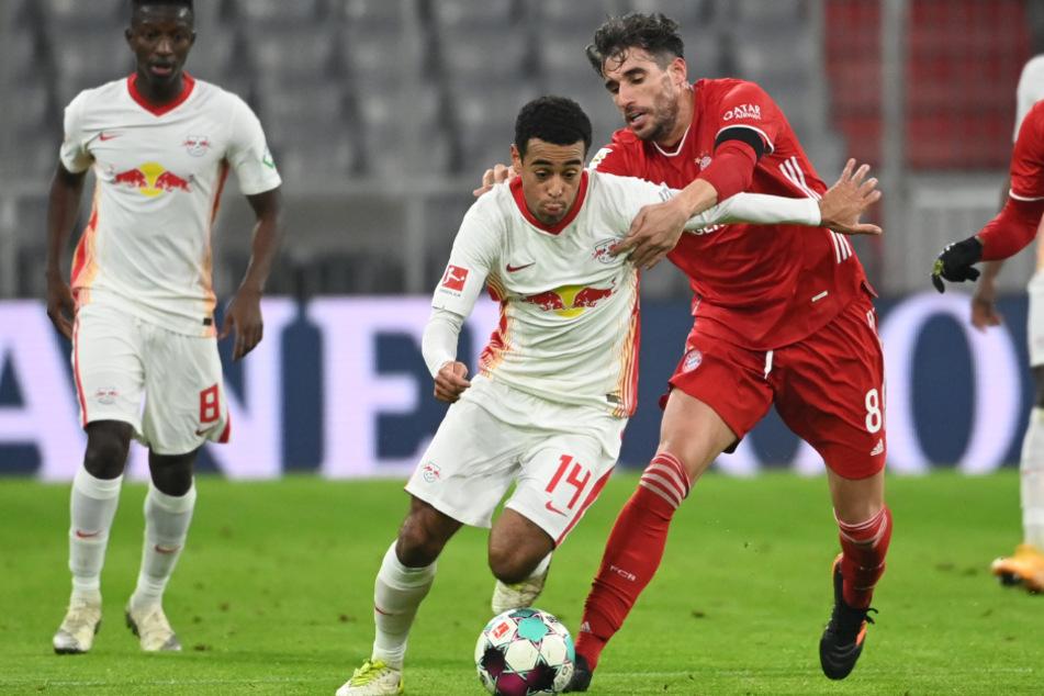 Javi Martínez im Zweikampf mit Leipzigs Tyler Adams beim Spitzenspiel. Bereits nach 25 Minuten musste der Spanier verletzt vom Platz.